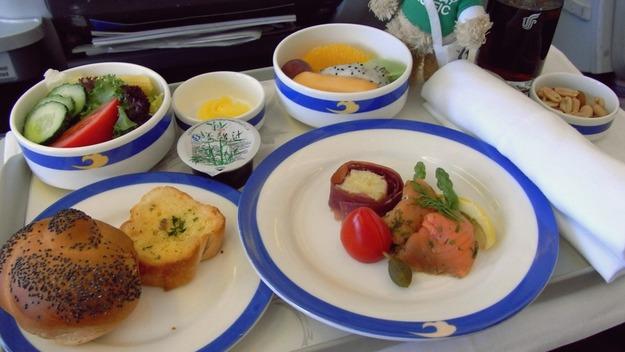 24. Air China - ужин в бизнес-классе.