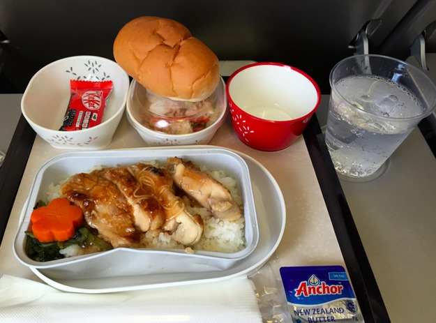 25. Cathay Pacific Airlines - ужин в эконом-классе.