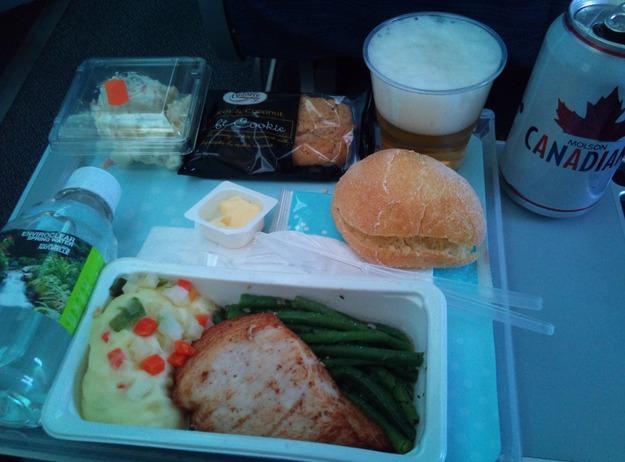 27. Air Canada - ужин в эконом-классе.