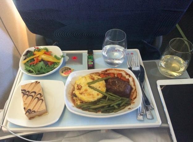 28. Air Canada - ужин в бизнес-классе. Стейк и десерт.