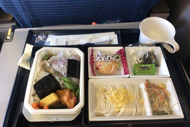 29. ANA Airlines - ужин в эконом-классе.