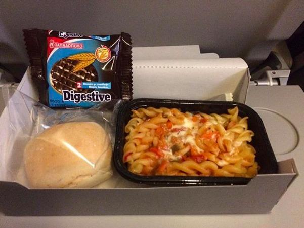 31. Aegean Airlines - ужин в эконом-классе.