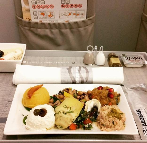 32. Aegean Airlines - ужин в бизнес-классе.