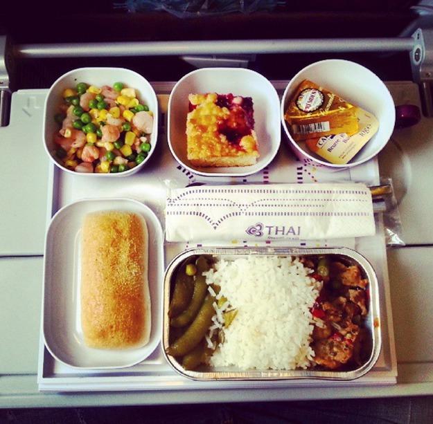 33. Thai Airways - ужин в эконом-классе.