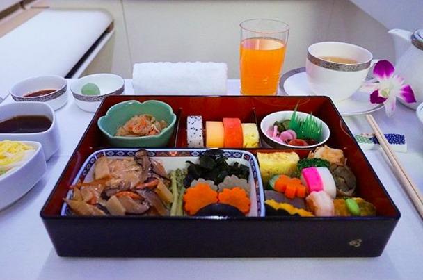 34. Thai Airways - ужин в первом классе. Как много красок.