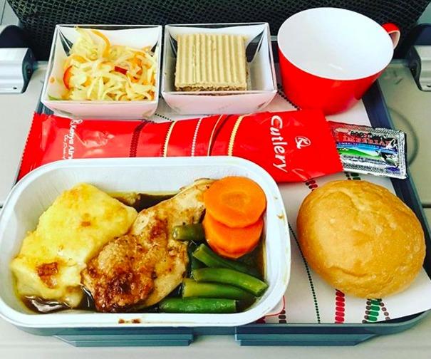 35. Kenya Airlines - ужин в эконом-классе.