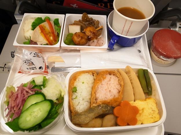 37. Japan Airlines - ужин в эконом-классе.