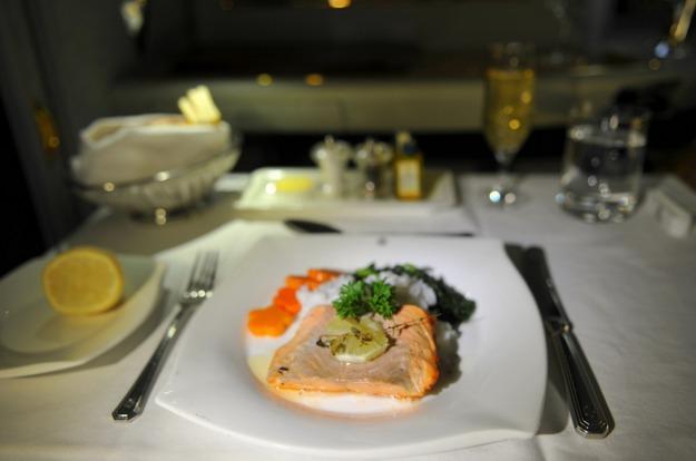 4. Emirates Airlines - ужин в первом классе.