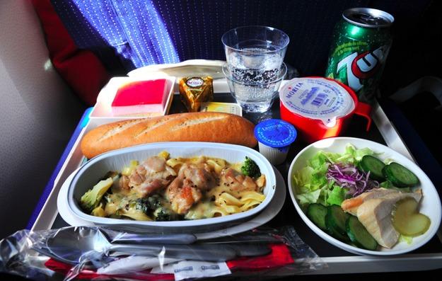 9. Air France - ужин в эконом-классе. Основное блюдо, свежий салат и багет. Oui, Oui, Mon Ami!