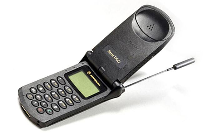 2. Motorola StarTAC – старейший телефон в нашем списке, 1996 года выпуска. Считается одним из первых популярных мобильных телефонов.