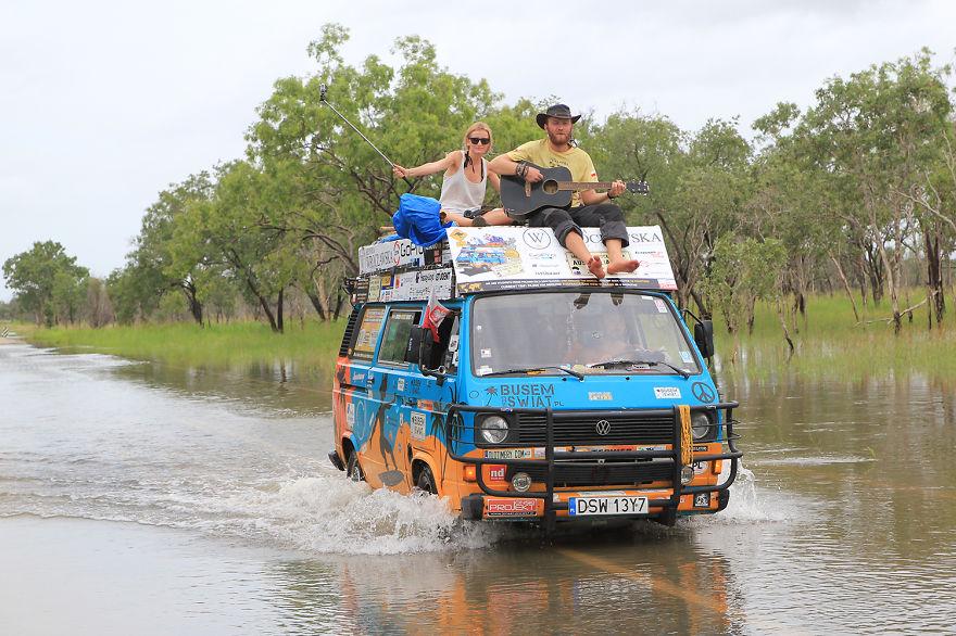 1. «Мы – молодые блоггеры-путешественники из Польши и разъезжаем по всему миру на старом фургоне».