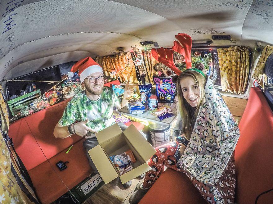 18. «И отпраздновали Рождество в нашем фургоне».