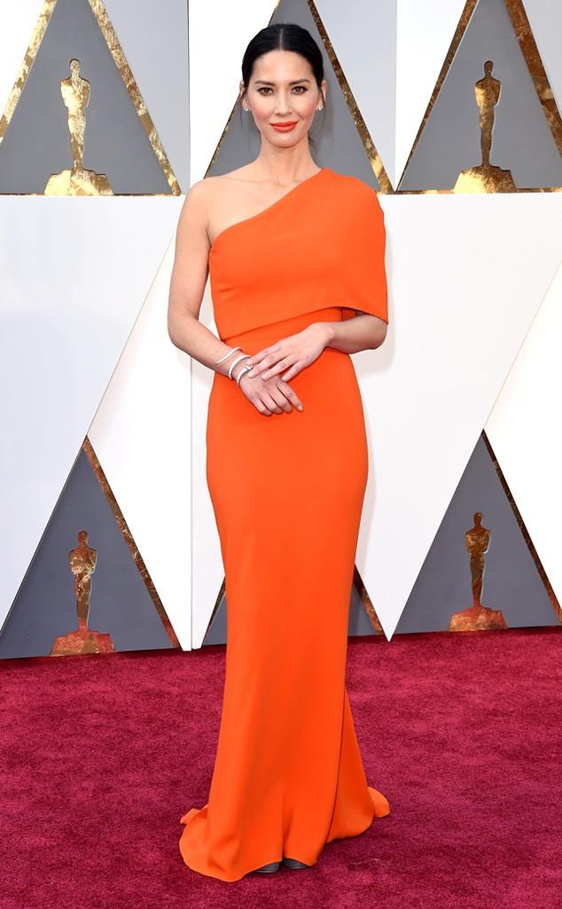 1. Оливия Манн в элегантном оранжевом платье буквально покорила всех своей красотой.