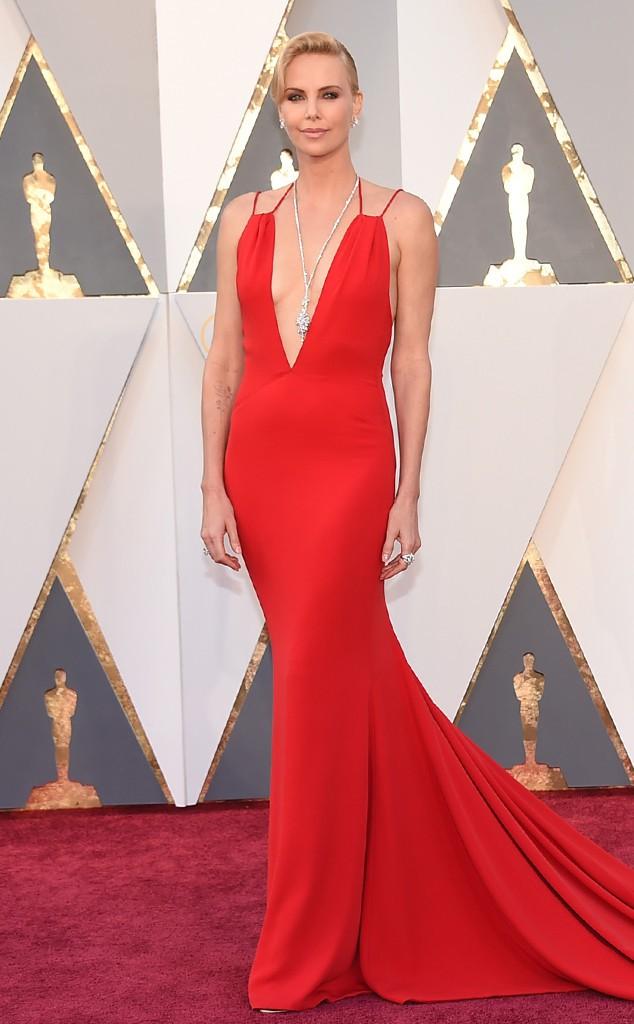 13. Шарлиз Терон в красном платье на красной ковровой дорожке.