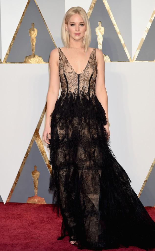 15. Дженнифер Лоуренс в восхитительном кружевном черном платье покорила всех зрителей на ковровой дорожке.
