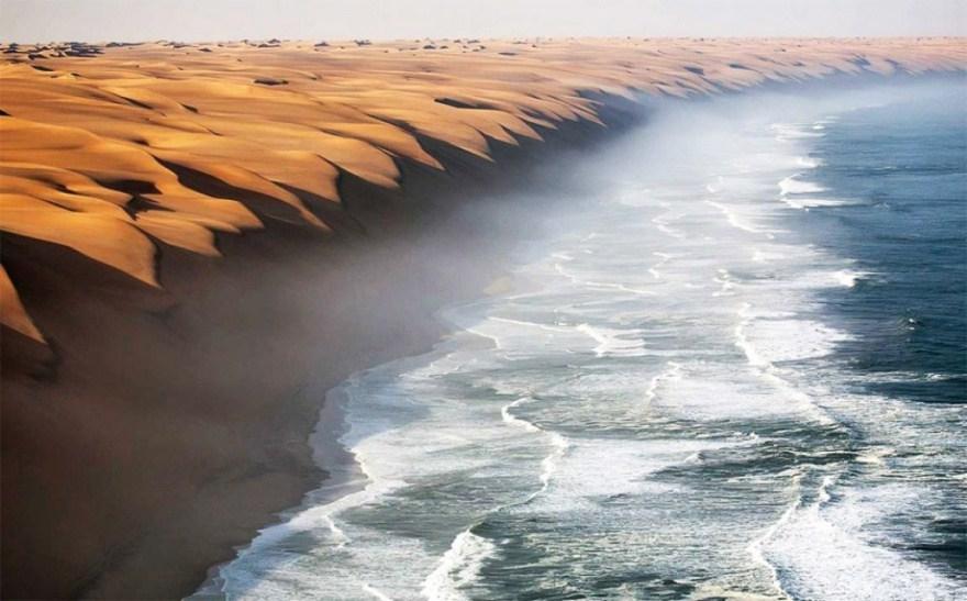 1. Место, где пустыня Намиб встречается с морем.