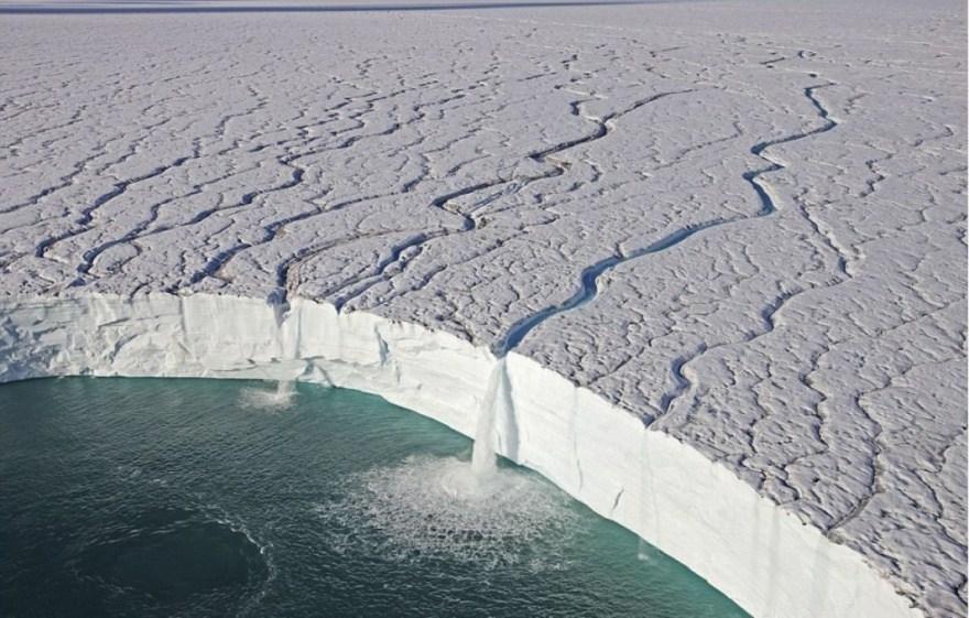 2. Водопады на краю ледника Свальбард в Норвегии.