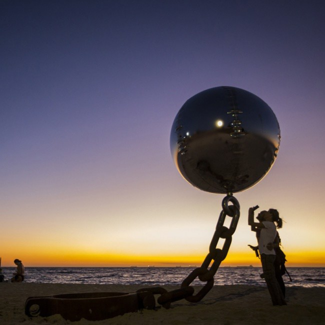 2. Парящий стальной шар, Австралия.