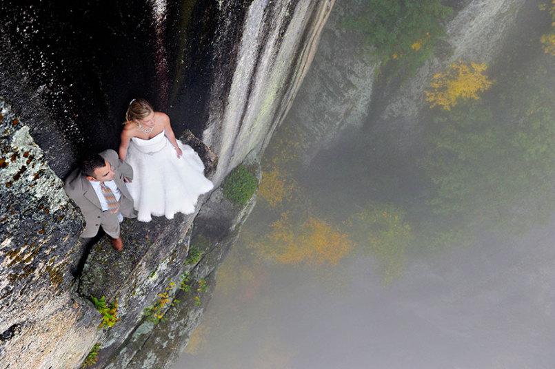 1. Джей Филбрук предпочитает снимать свадьбы на выступах скал на высоте не менее 100 метров над землей. Свадебный альбом получается поистине уникальным. Такой свадебной фотосессии точно не будет у ваших друзей.