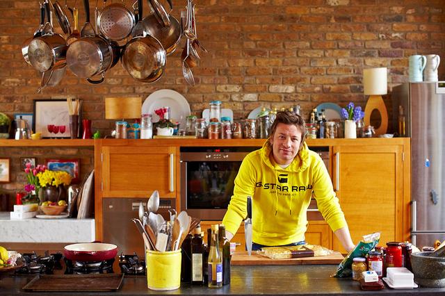 2. Джейми Оливер. Известный шоумен и автор многих кулинарных шоу. Также Джейми борец за здоровое и правильное питание. А это его домашняя кухня. Вы тоже можете обустроить кухню подобным образом. Осталось только выбрать  кухонный гарнитур.