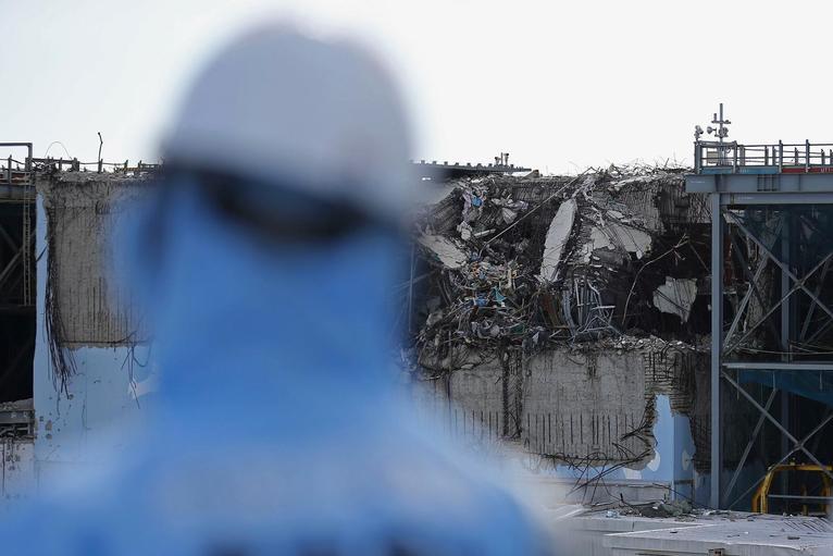 13. Вид разрушенного реактора на АЭС Фукусима.