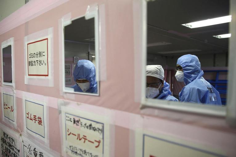 5. Окончание смены. Рабочие снимают свои защитные костюмы и маски.