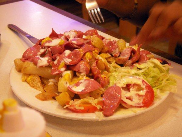 7. Salchipapas в Эквадоре. Это фастфуд из сосисок и картошки-фри.