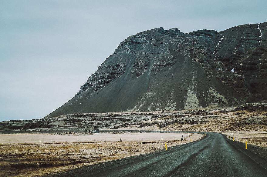 10. Огромные горы возвышаются вдоль трассы.