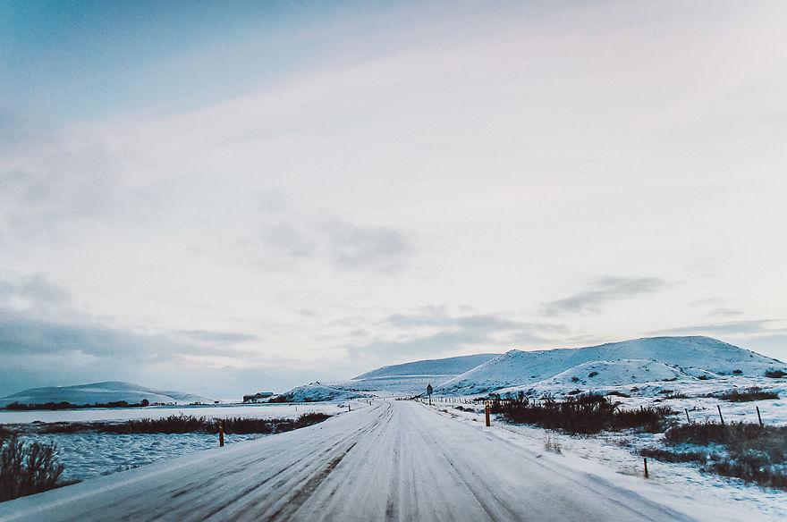 13. Чем севернее, тем больше снега, который лежит прямо на трассе.