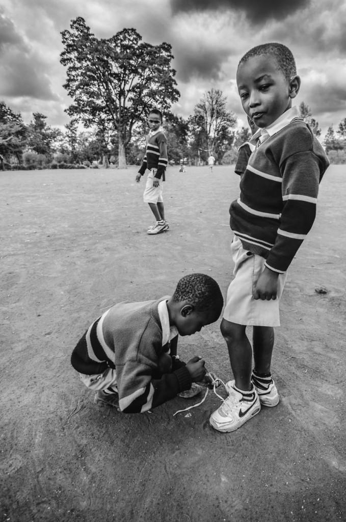 19. Все что нужно этим детям для счастья – это еда, мяч для игры и яркое небо.