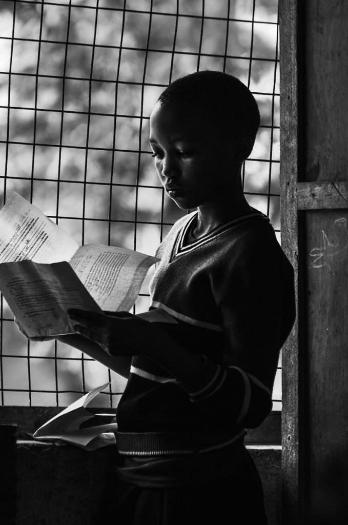 2. «Наша цель состояла в том, чтобы построить библиотеку.  С огромным энтузиазмом мы взялись за строительство. Дети из школы Moshi смотрели на нас с любопытством».