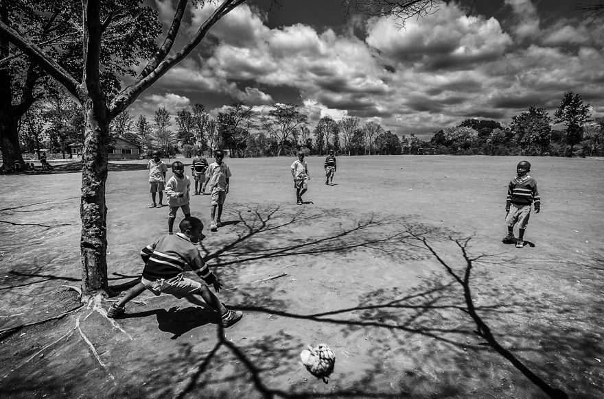 6. «Они играют в простые игры, о которых современные дети уже забыли».