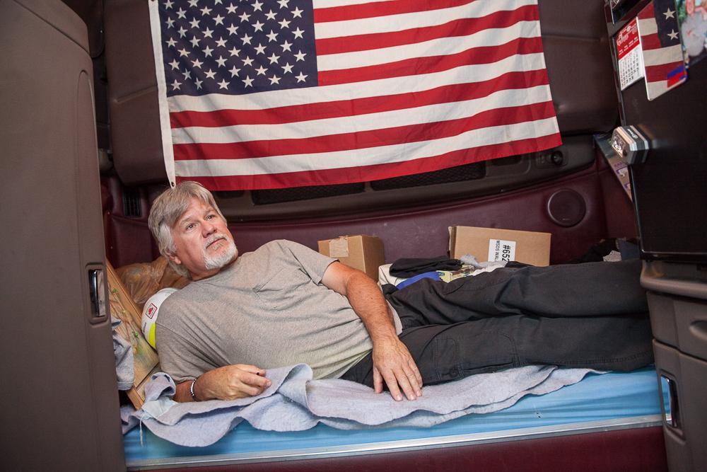 11. 57-летний Джон Коллинз Форт Майерс, штат Флорида. Джон в бизнесе грузоперевозок уже более 20 лет. Грузовик стал его вторым домом. С 2013 года Джон работает на грузовике Peterbilt.