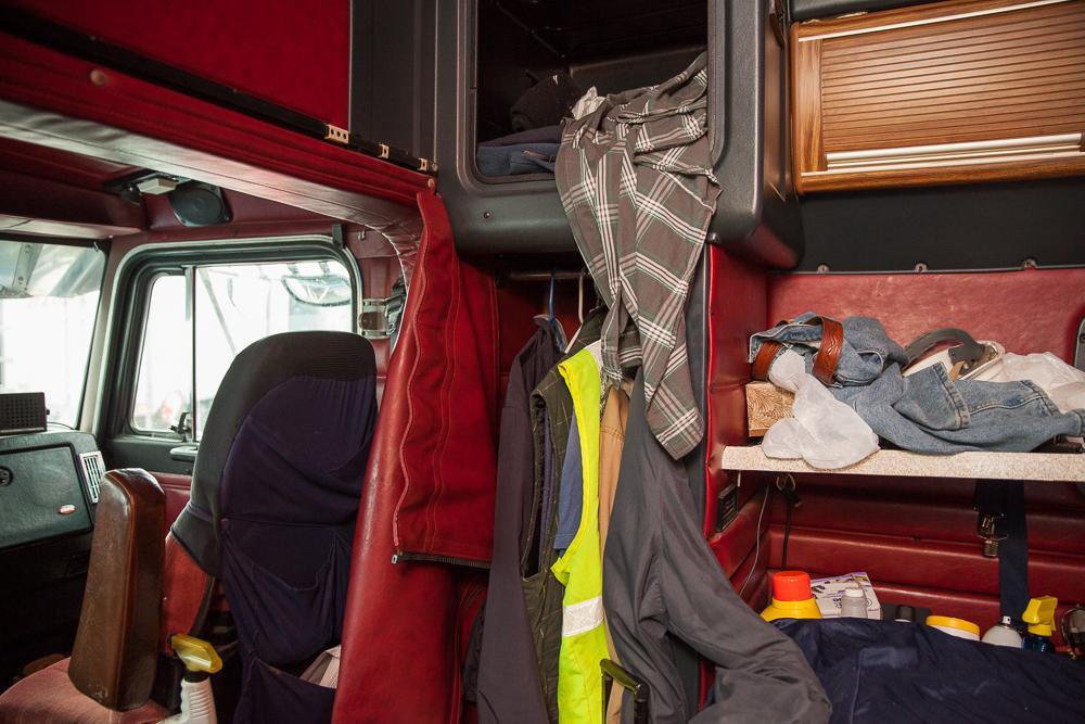 6. Каждый большой грузовик также является спальней. Ведь ехать приходится дни, недели и даже месяцы.