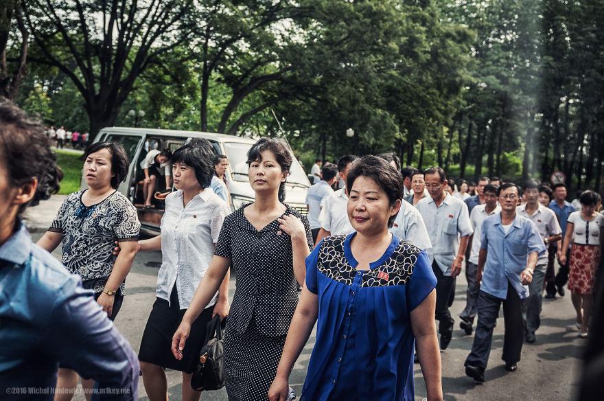 17. Значки на груди граждан невозможно купить. Они есть лишь у жителей Пхеньяна.