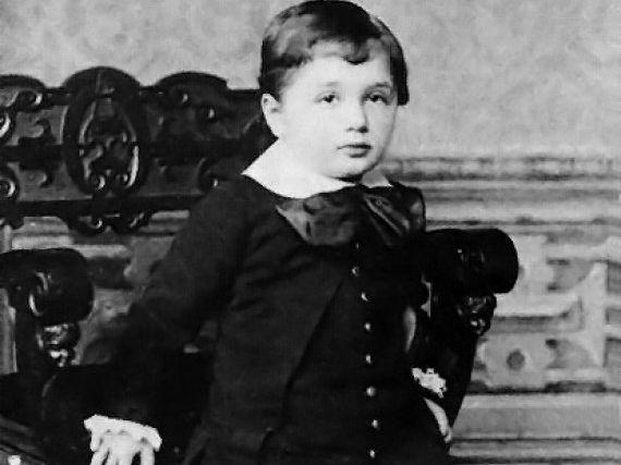 1. Когда Эйнштейн родился, его затылок казался очень крупным и семья заподозрила какое-то уродство. Н в течении первых нескольких недель жизни голова ребенка приобрела нормальный размер.