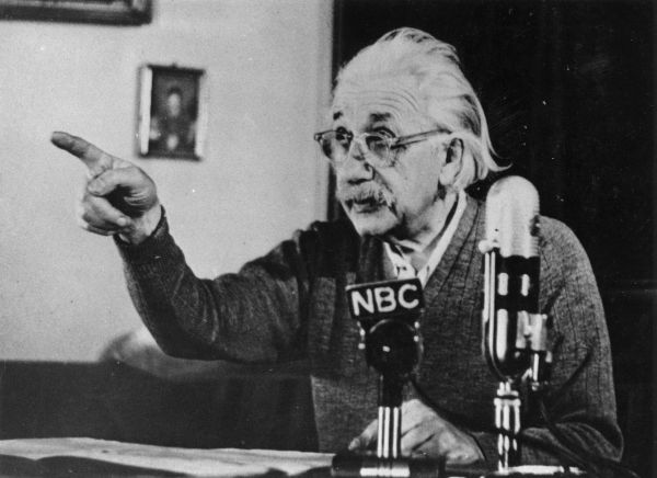"""11. """"Бог не играет в кости со Вселенной"""" – крылатая фраза Эйнштейна. После этого высказывания многие сочли Эйнштейна религиозным человеком. На самом деле Бог здесь прозвучал в виде метафоры. Фраза «не играет в кости» подразумевала непредсказуемый характер субатомных частиц в квантовой физике."""
