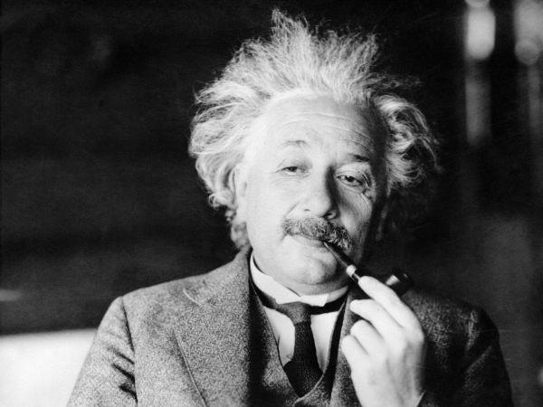 15. Альберт Эйнштейн умер 18 апреля 1955 года от аневризмы аорты. Когда Эйнштейну предложили операцию, ученый ответил: «Безвкусно продлевать жизнь искусственно. Я свое дело сделал; пора уйти. Я сделаю это элегантно».
