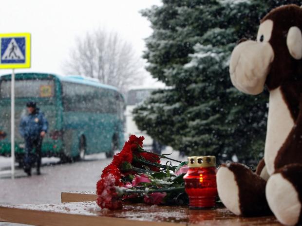 10. Среди погибших в авиакатастрофе были дети. На лестницах аэропорта Ростова-на-Дону лежат цветы и игрушки.