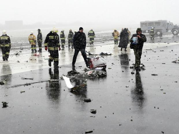 3. Спасатели и следователи работают среди обломков пассажирского самолета.