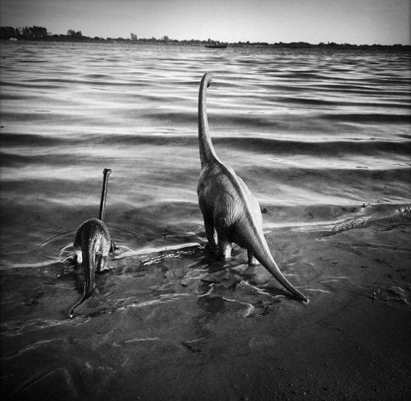 9. Динозавры на водопое.