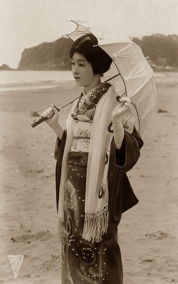 28. Японская женщина с зонтом.
