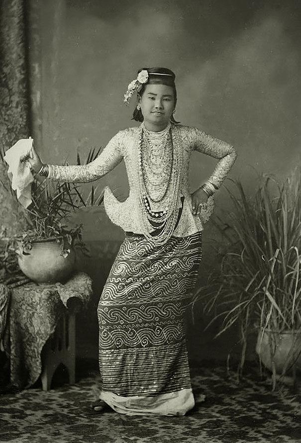 38. Бирманская танцовщица.