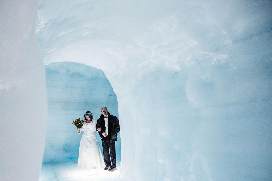 2. Парочка признает, что немного нервничала, находясь внутри ледника и испытала облегчение только выбравшись на поверхность.