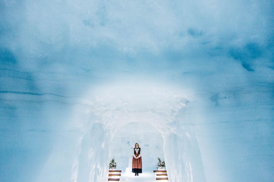 5. Энтони и Мари всегда хотели сыграть необычную свадьбу. Просматривая фотографии туннелей ледника Лаунгйёкюдль их посетила безумная мысль о проведении свадьбы в одной из пещер ледника.