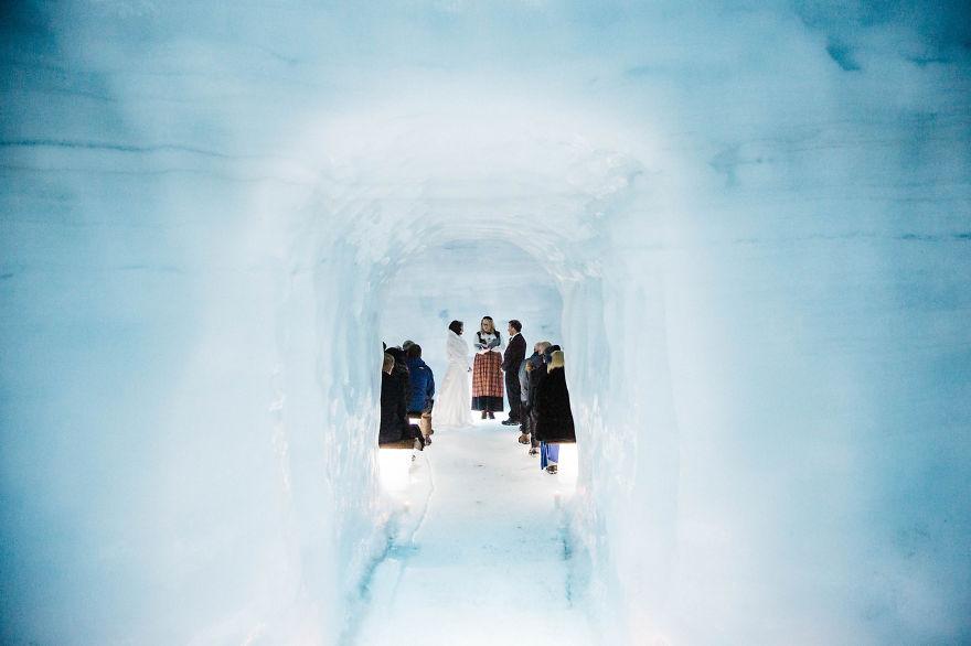 7. Внутри ледника собрались гости.