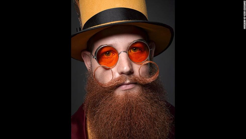 6. Закрученные тонкие усы в сочетании с бородой – модный тренд.