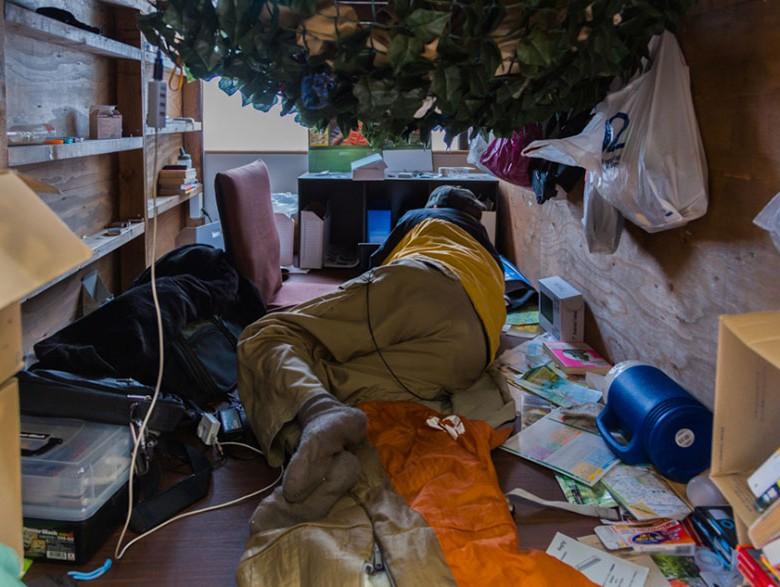 2. Вом Ким прожил в этом отеле, в крошечном номере, несколько месяцев, оказывая поддержку жителям и фотографируя.