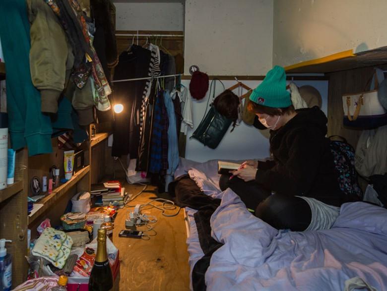 4. Некоторые жители крохотных номеров – временный постояльцы. Но часть из них – постоянные жители, которым не хватает денег на съем хорошей квартиры.