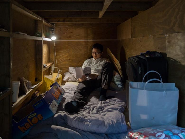 5. Вом Ким каждый день фотографировал постояльцев в условиях ограниченного пространства.
